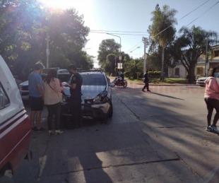 foto: Violento choque entre 2 vehículos: uno quedó en sentido contrario