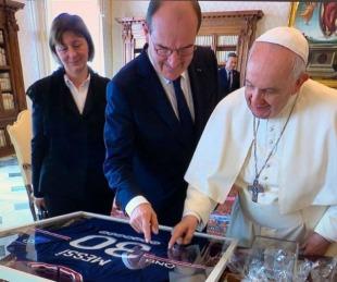 foto: El Papa le envió un mensaje a Messi por la camiseta que le regaló