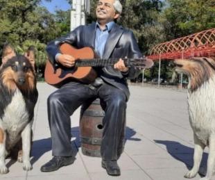 foto: Instalaron en Formosa estatuas de Alberto y sus perros Dylan y Prócer