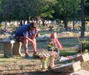 foto: Un padre escucha los partidos de su club junto a la tumba de su hijo